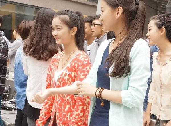 中戏新生开学典礼 萌妹子素颜亮相主打清纯牌