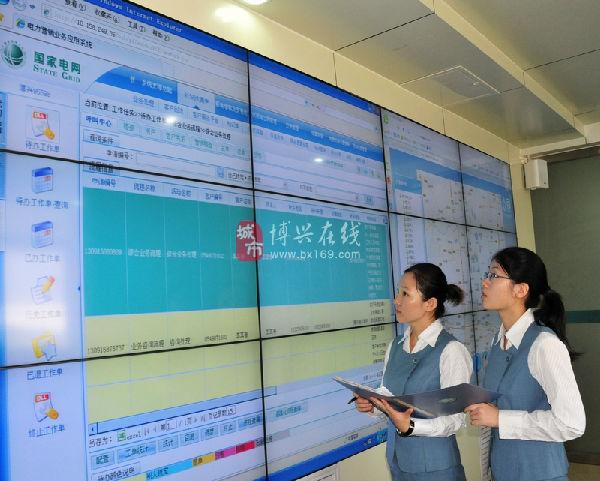 """日,在博兴县供电公司,工作人员在""""电网综合信息一体化平台""""前查看"""