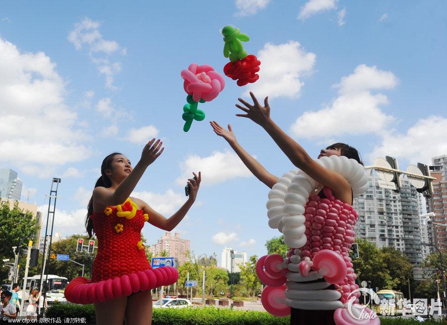 气球创意时装走秀街头