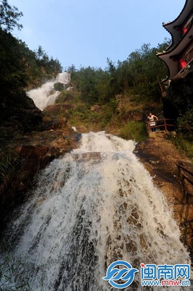 昨日下午5时许,安溪虎邱镇洪恩岩风景区天气不错,瀑布壮观