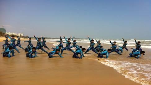 青岛市圆满结束,嘉积中学男子舞蹈团创作表演的群舞《搏·鳌》荣获本