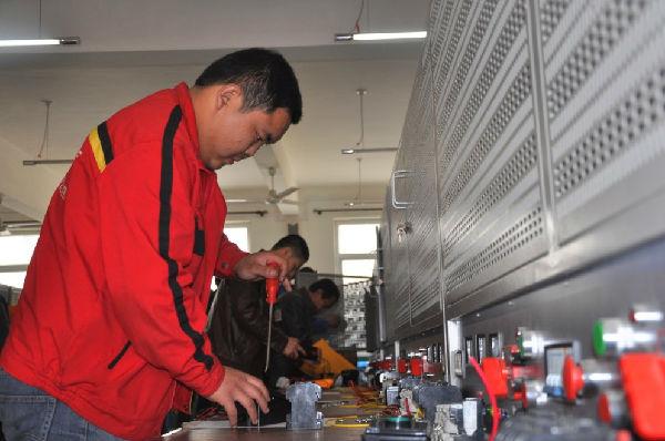 我县规模以上企业电工技能比赛在县职教中心举行
