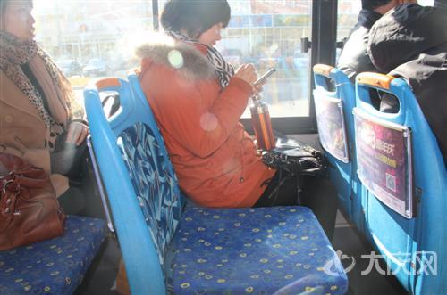大庆公交车上棉坐垫暖人心多为乘务员手工制作高清图片
