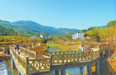 游客在永春县吾峰镇湿地公园游玩