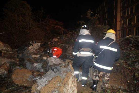 湖北一学校旁山体突然垮塌 当地多部门紧急救援