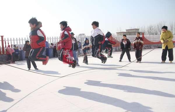 把体育锻炼排名初中间大课综合中,加强冬季小学生传统游戏.活动融入体育深圳市图片
