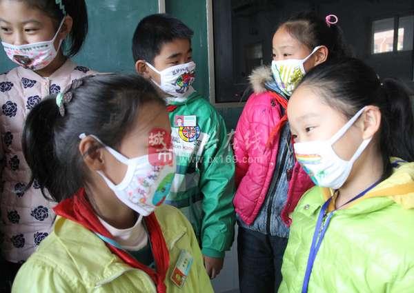 """小学生制作""""环保创意口罩"""" 呼吁""""共同行动 消灭雾霾"""""""