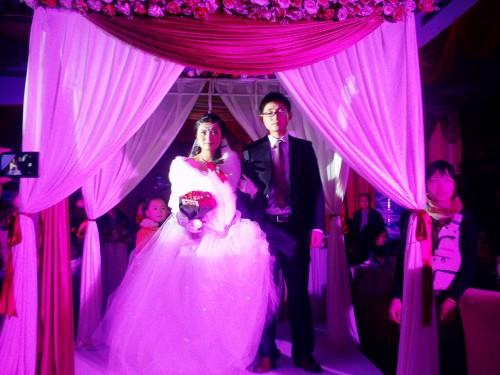 新郎新娘走向结婚礼堂