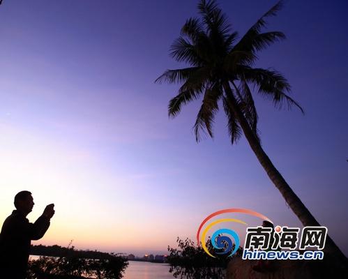 ,海南持续晴空万里阳光灿烂利出游,高温过后晚霞将万泉河上空