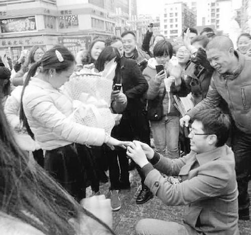 遂宁小伙广场浪漫求婚