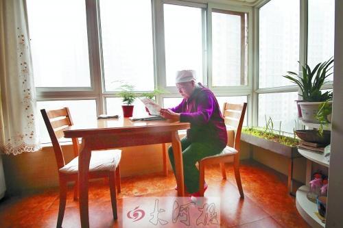 早饭后,张奶奶总是坐在窗台椅子上看报.