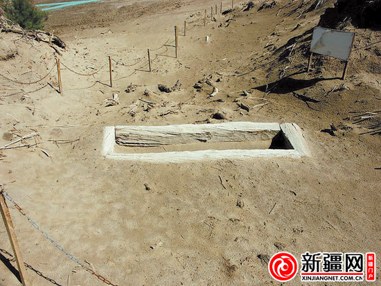 墓葬群中出土的人骨竖牙。(据光明日报) 新疆网讯(记者霍蒙 王丽丽报道)棺木撬开的吱呀声像是大门打开的声音,时间在此开启。西域文化研究专家廖肇羽屏住呼吸站在棺木旁,静候与历史相遇的刹那,棺内是四千年前的世界,一具巨大的男性干尸。 即使历经4000年岁月的洗礼,这具干尸依然有2.