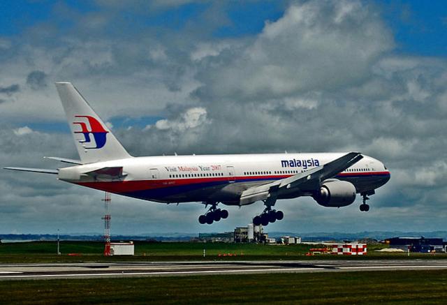 【飞机上有160名中国人】据法新社报道,失去联系的飞机上有160名中国人,在越南曾与空管联系,之后失联。该航班原计划6:16在北京降落。 中新网3月8日电 据外电报道,马来西亚航空公司一架载有239人的航班,在离开马来西亚首都吉隆坡后,与空中管制中心失去联系,据悉这架飞机的目的地是北京。 航空公司在一份声明中表示,航班MH370是在当地时间凌晨2点40分与管制中心失去联系的,本应于北京时间6:30抵达北京。机型为波音777 - 200。 目前马来西亚航空公司正在与马当局启动紧急行动搜救该飞机。