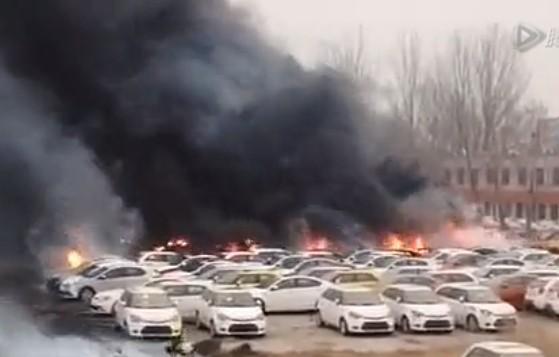 郑州停车场大火起因_郑州停车场失火,几十辆豪车被烧
