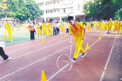 大赛设置了滚铁环,跳飞机,吃子,滚实心球,踢毽子,纸牌高塔,儿童游戏