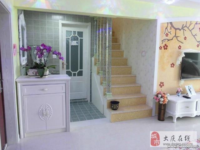 复式楼上楼下使用面积105平,家具家电全是品牌,精心设计,衣