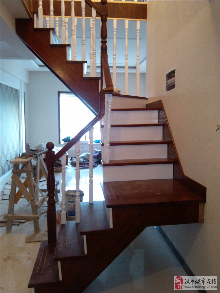 深圳時上樓梯有限公司位于中國經濟的發達之地,面對高檔住宅、復式樓、別墅的不斷增多,樓梯的需求量也越來越大,傳統的樓梯只重實用性,對于造型、材質、油漆等方面不太講究。追求高尚生活的現代人,已將室內裝飾納入了生活品位的今天,對房子裝修水準也越來越高,時上樓梯順應發展趨勢,為您的優質生活增添品位與時尚。   公司引用先進技術,各種產品均經過專業技術人員深入研究、吸收傳統精華,博現代時尚所取得的科研成果,在這些一件件精美的木制品中,不難看出設計的獨到和不斷超越自我的挑戰。從選擇的木材、精心的設計到精湛的工藝以及完