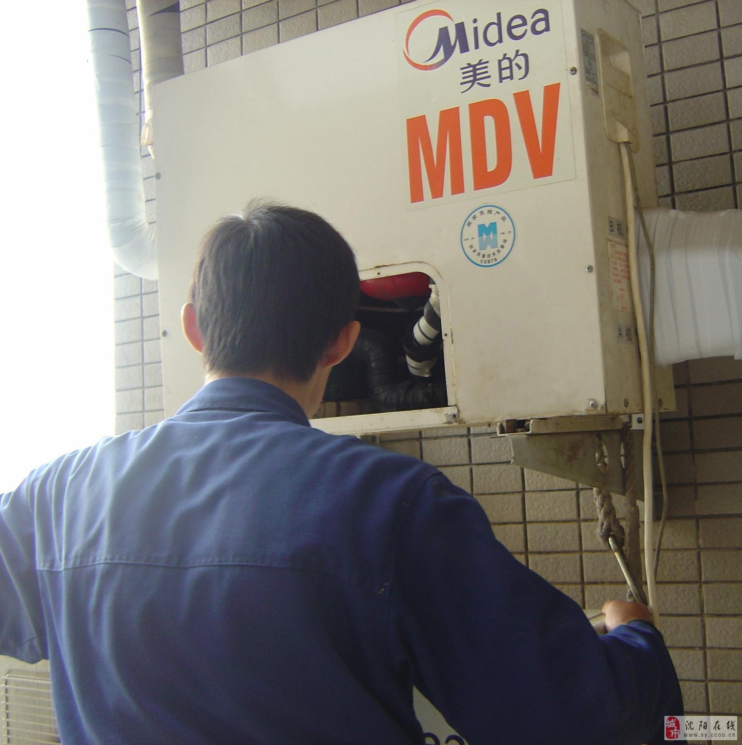空调加氟步骤: 1:把设为制冷模式打开空调。 2:检查室内机是否正常运转。 3:室外压缩机是否正常启动。 4:正常启动后,从室外机低压阀侧柱连接加氟设备。 5:测压加氟。 6:用泡沫水检查有无漏点。 随着空调使用率的逐渐增高,一些产品在使用一段时间后就会出现制冷衰减等现象。制冷效果不理想大多是因为缺氟的原因,这时我们应该及时加氟,但是怎样才能判断是否缺氟呢? 可以根据以下方法进行测试北京空调加氟: 1、试:空调正常开启一段时间后吹到身上的风感到很凉,并能很快达到设定温度,室外的缩机能像电冰箱一样开一会儿停