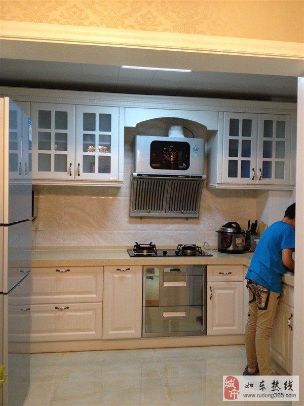 厨房:欧派欧式柜体,樱花煤气灶,超薄油烟机,石英石台面,欧派电烤箱,微