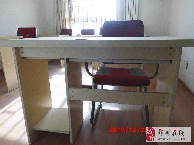 出售九五成新电脑桌、学生桌椅