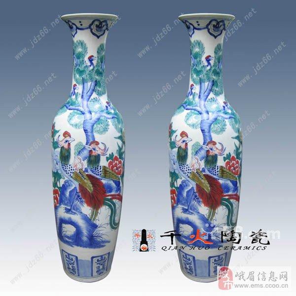 陶瓷大花瓶上面的图案是在上釉前手工钩绘上去的