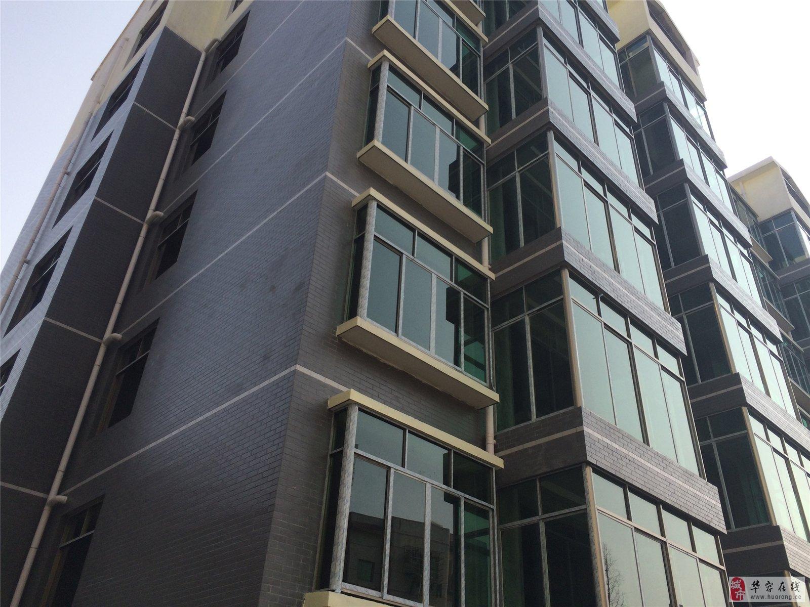 110㎡ 本小区位于城乡路出口处,房屋南北朝向,框架结构,前后飘窗设计