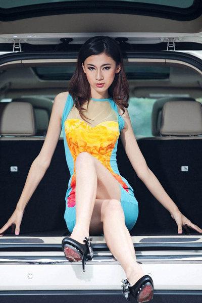 妖娆长腿肚兜靓模 高挑身材缠绵豪华SUV