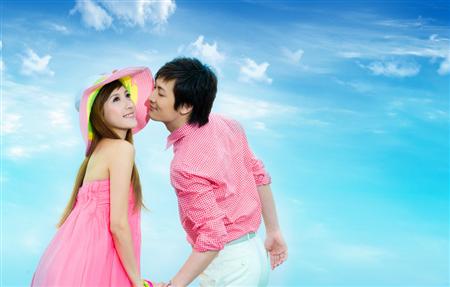海景婚纱照姿势攻略 完善画面美感   新人们可以背靠背的坐在沙滩上