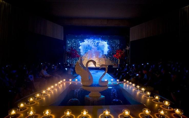 这是一场极具奢华唯美的浪漫婚礼,宴会厅入口是颇具创意的欧式皇冠