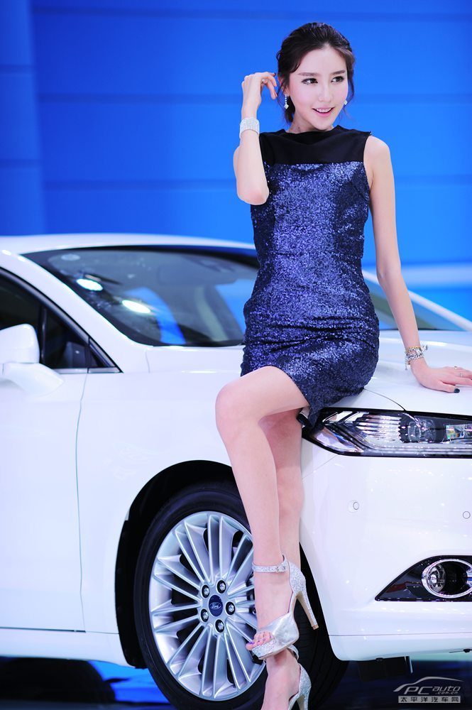 2013广州车展美女车模图片> 福特