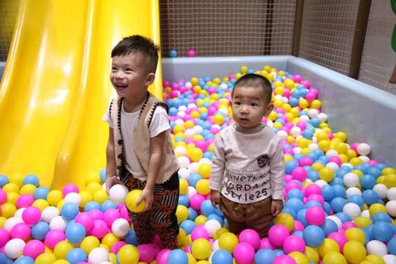 于锦天和弟弟朱军驰在淘气堡