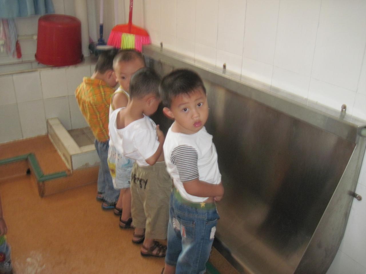 """老师说:""""在厕所不能挤小朋友,男孩子要站着尿尿."""""""