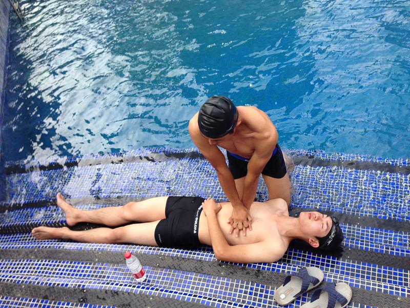 教练现场演示溺水急救
