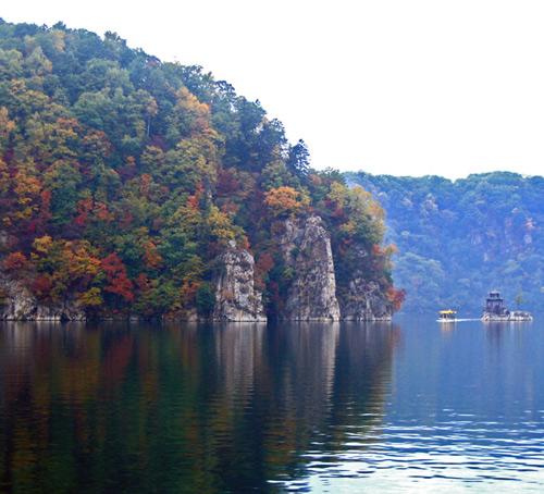 1992年龙湾旅游区被批准为国家级森林公园.
