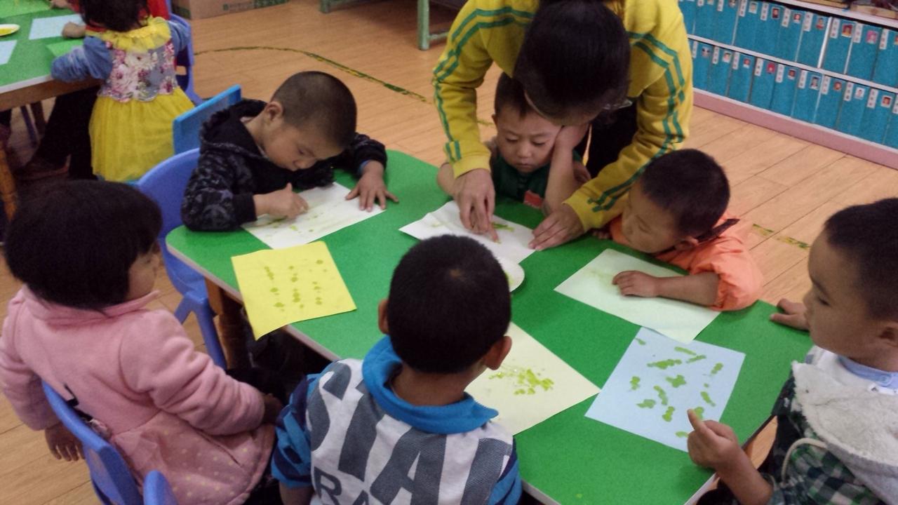 手指点画是一种特殊的绘画形式,它直接用手指蘸水粉颜料作画,利用孩子本身的素材来作画,图案出来的快,很受孩子们的喜爱。瞧,孩子们年龄虽小,但气势不小,用灵活的手指创造出充满童趣的画,显示出了小朋友们丰富的想像力、创造力和无拘无束的表现力,为我们营造一个纯洁无瑕的童真世界。