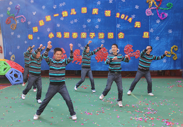 幼儿园舞蹈教室跳舞的图片