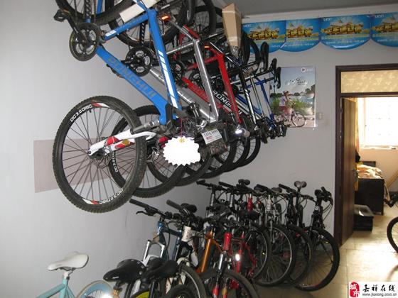 环球自行车(Universal Cycle)简称UCC自行车    1990年,带着在台湾多年的先进自行车制造技术,环球自行车工业有限公司在广州经济技术开发区成立,携手大陆的改革开放政策共同进一步拓展自行车国际市场.16000的占地面积,450名员工,环球公司自成立之日起就以生产中、高级自行车为目标,相继建立自行车技术检测实验室、自动组装生产线、自动喷漆车间等高科技生产设备.